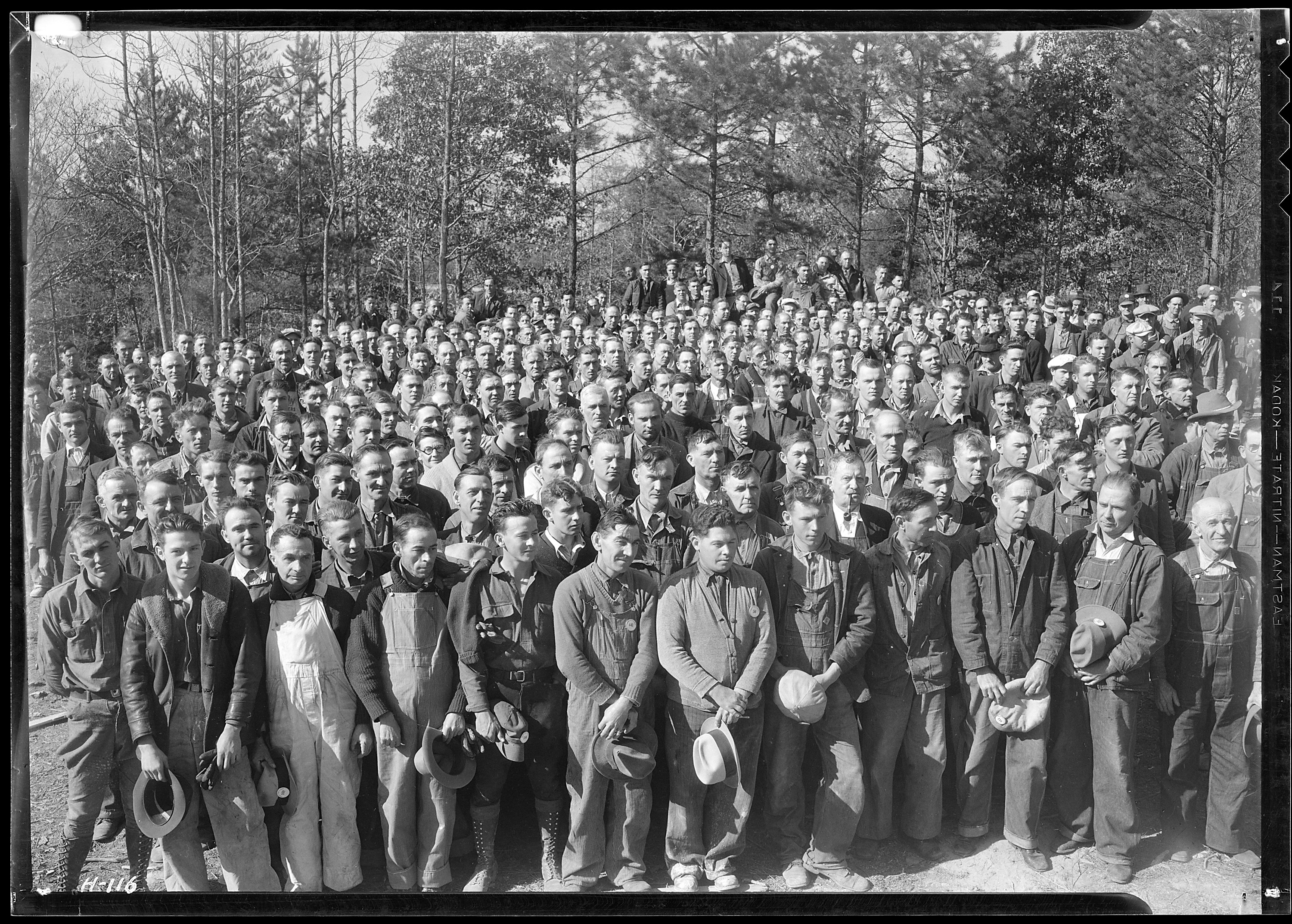 """A_group_of_several_hundred_workers_at_Norris_Dam_construction_camp_site_during_noon_hour.""_-_NARA_-_532734"